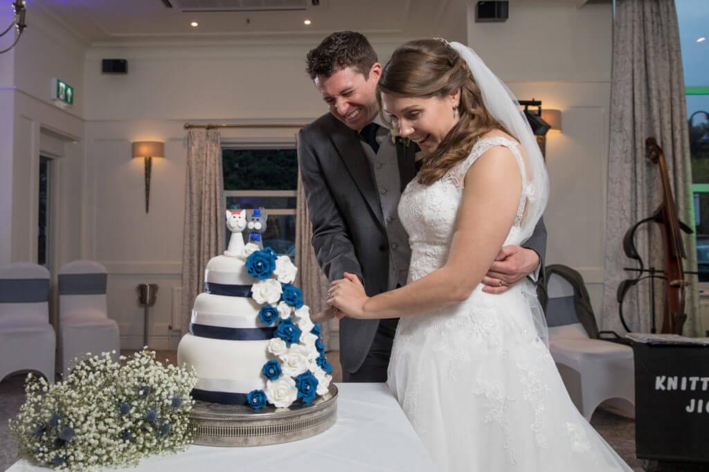 14 Cutting wedding cake