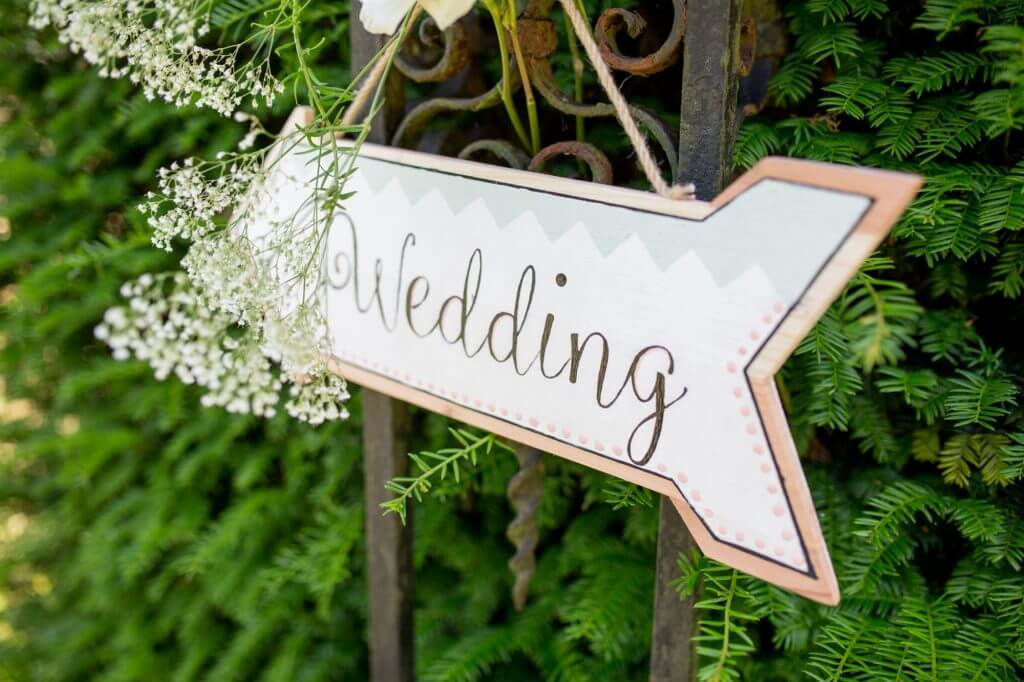 04a champagne garden reception sign oxfordshire wedding photography