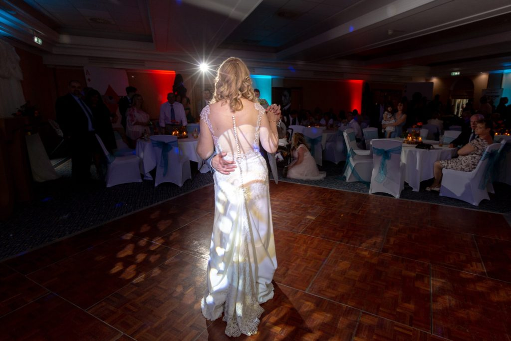 guests watch bride grooms first dance ardencote hotel claverdon warwickshire oxford wedding photographer
