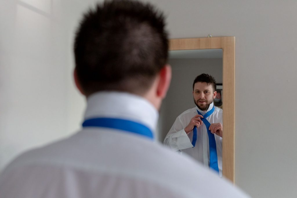 groomsman mirror reflection groom prep manor hill house bromsgrove worcestershire oxford wedding photographer