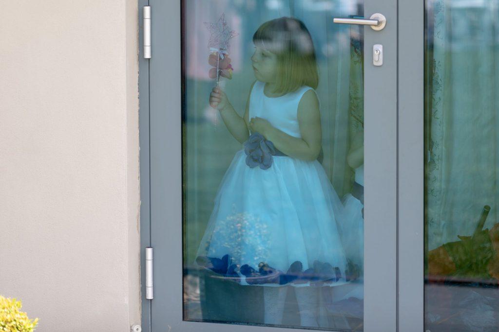 flowergirl peeps through door manor hill house bromsgrove worcestershire oxfordshire wedding photographer