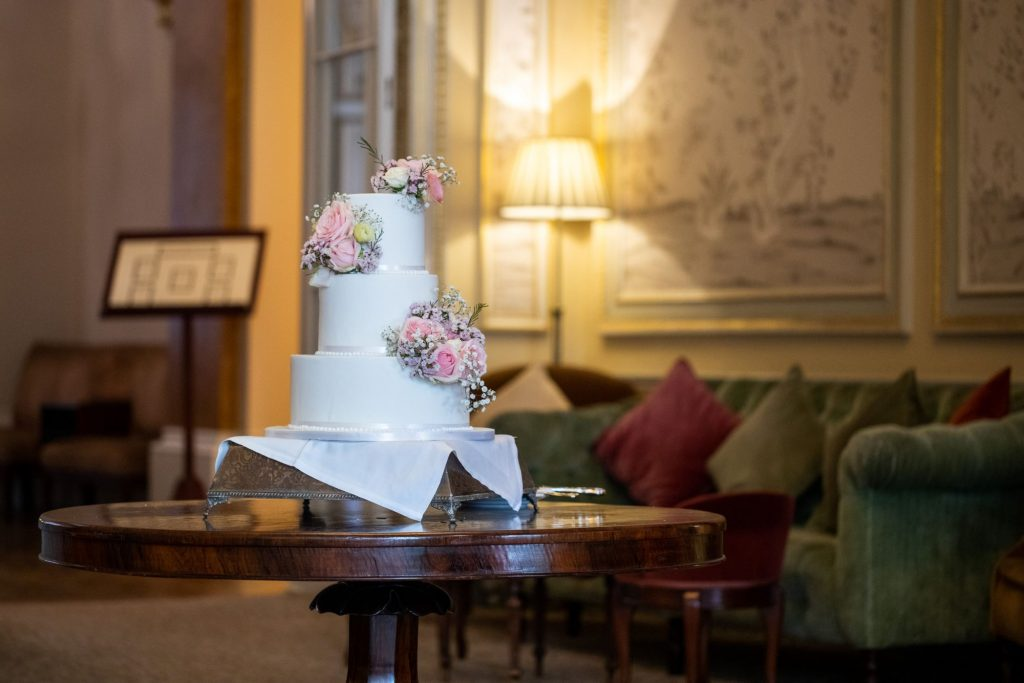 bride grooms decorated cake lansdowne club mayfair london oxfordshire wedding photographer
