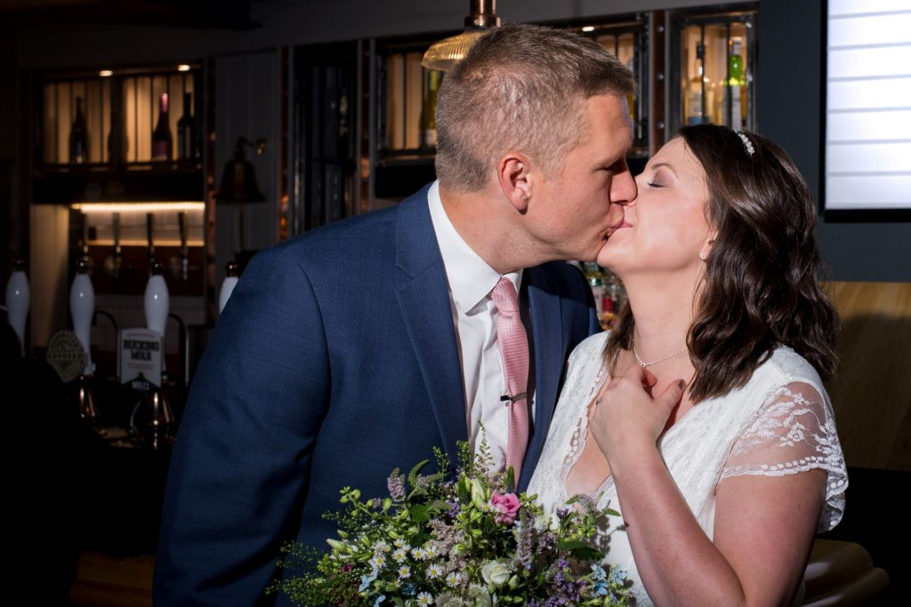 bride groom kiss broad face pub abingdon dinner reception oxfordshire wedding photographer