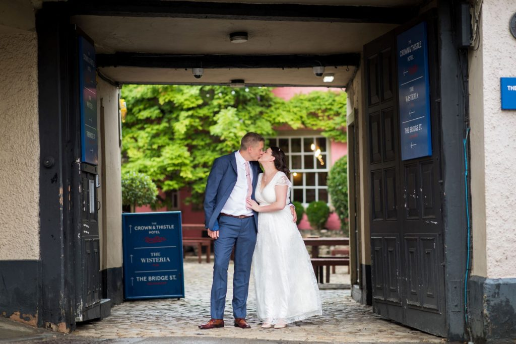 bride groom kiss pub garden abingdon oxford wedding photographer