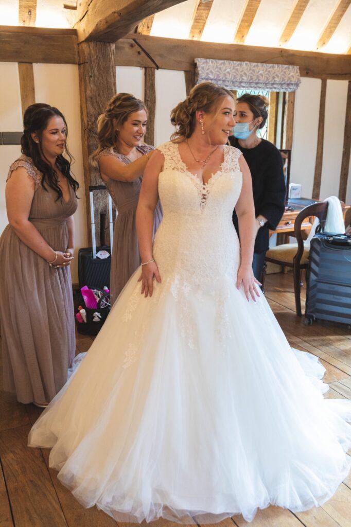 bridesmaid fastens brides dress bridal prep cain manor surrey oxford wedding photographer
