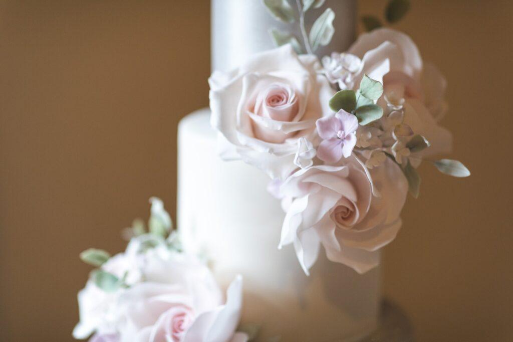 roses icing wedding cake cain manor venue hampshire surrey borders oxfordshire wedding photography