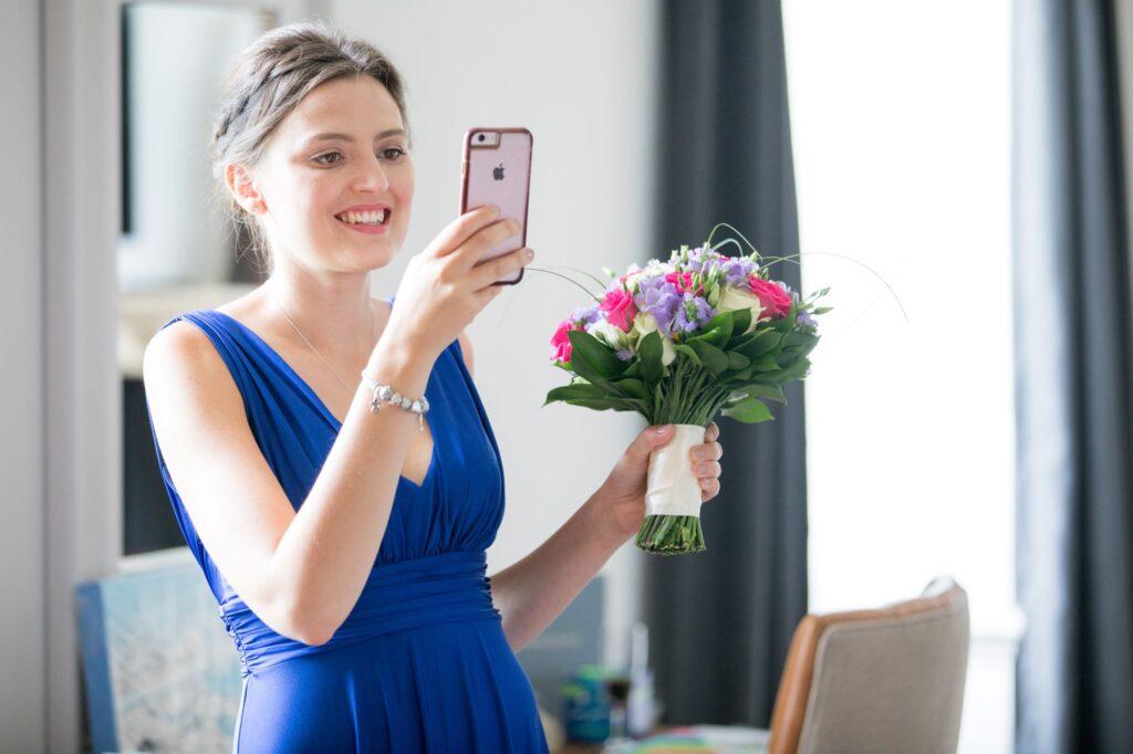 bridesmaids selfie bridal preparation de vere beaumont hotel windsor oxfordshire wedding photographers