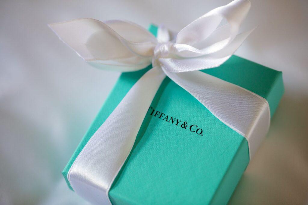 13 tiffany gift box bridal prep pauntley court gloucester oxford wedding photographer