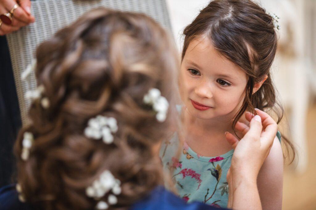 41 bride checks toddlers hair bridal prep winkfield berkshire oxford wedding photographer